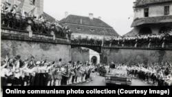 Gyerekek tapsolnak Nagyszebenben Ceaușescu autó konvojának 1967-ben.