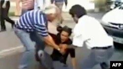 Неда Ага-Солтан падає, уражена кулею на вулиці Тегерана 20 червня 2009 року. Кадр із любительського відео