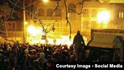Толпа разъяренных людей у посольства Саудовской Аравии в Тегеране. 2 января 2016 года.
