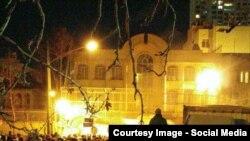 صحنه ای از آتش زدن سفارت عربستان در تهران پس از اعدام شیخ نمر.
