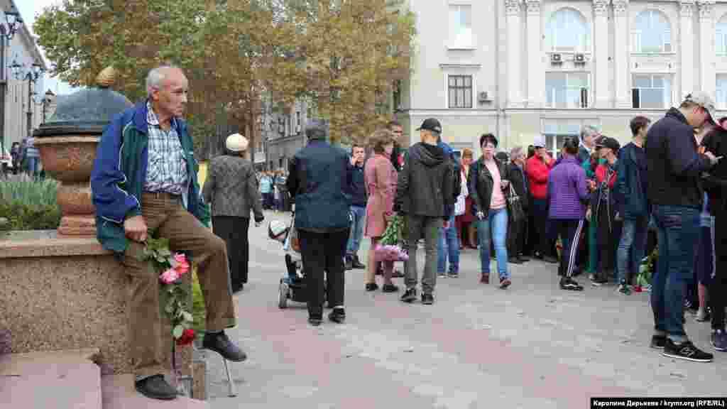Керчане находились не только на площади, но и на прилегающей к ней улице им. Ленина. Многие пришли с цветами