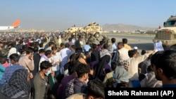 Forcat amerikane ruajn; perimetrin në aeroportin e Kabulit teksa mijëra afganë tentojnë të largohen nga vendi. Kabul, 16 gusht 2021.