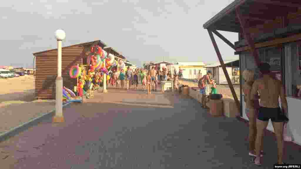  Неподалік від пляжу – ринок і торгові намети