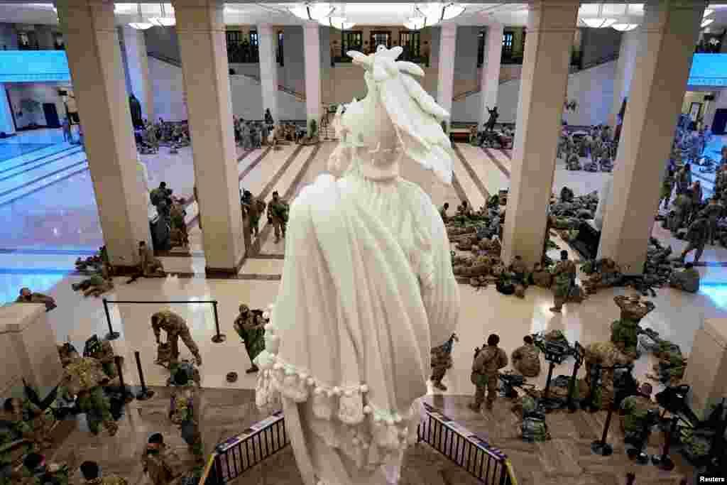 A Nemzeti Gárda emberei a Capitolium látogatóközpontjában, miközben a demokraták a Donald Trump elleni vádeljárás egyik pontjáról tárgyaltak január 13-án. A képviselőház megszavazta az impeachment-eljárás elindítását.
