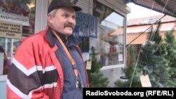 Продавець ялинок радить купувати штучні дерева