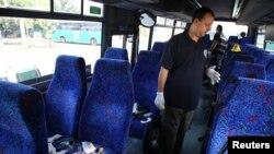 Пышақпен қаруланған адам шабуылдаған автобус салонын тексеріп жүрген Израиль полициясының өкілі. Афула, 13 қараша 2013 жыл. (Көрнекі сурет)