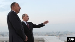 აზერბაიჯანის პრეზიდენტი ილჰამ ალიევი (მარცხნივ) და მისი რუსი კოლეგა ვლადიმირ პუტინი ბაქოში შეხვედრისას