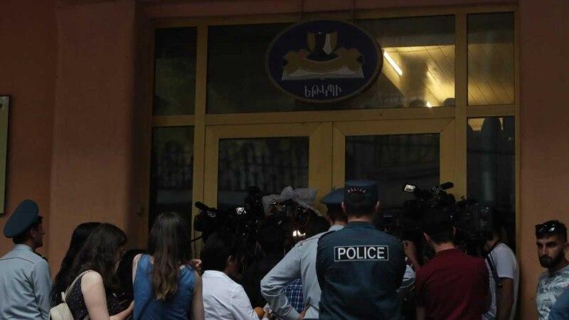 Акция протеста в Театральном институте: студенты требуют отставки ректора