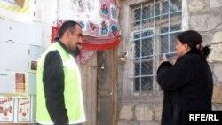Jurnalistlər yanvarın 8-dən itkin düşən Hüseynovların mənzilin qapısının bağlı olduğunu görürlər