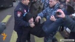 ՌԴ դեսպանատան մոտ բողոքի ցույցի երեք մասնակիցներ բերման ենթարկվեցին