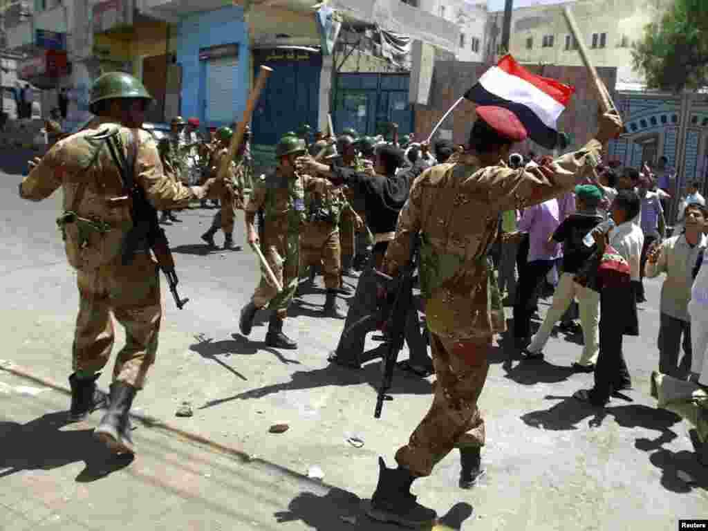 Військові намагаються розігнати антиурядову демонстрацію, місто Таїз, Ємен, 22 квітня. Прихильники і супротивники президента Ємену Алі Абдалли Салеха вийшли після п'ятничних молитов на акції протесту в містах по всій країні. Від січня в країні відбуваються демонстрації з вимогою відставки президента, який перебуває при владі 32 роки. У перебігу протестів щонайменше 130 мітингувальників загинули в сутичках із силами безпеки і прихильниками президента.Photo by Khaled Abdullah for REUTERS