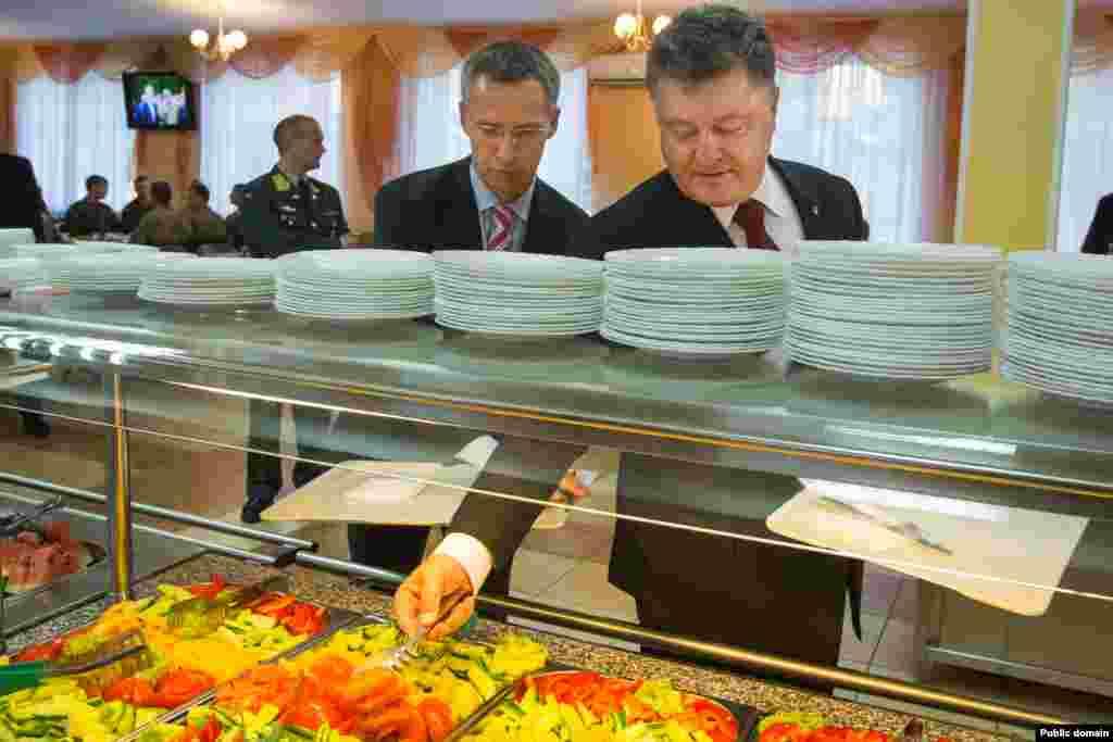 Генеральний секретар НАТО Єнс Столтенберґ (ліворуч) і президент України Петро Порошенко під час обіду на Яворівському полігоні у Львівській області. 21 вересня 2015 року