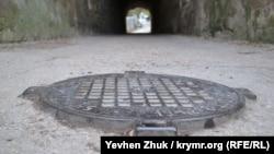 Старый канализационный люк в Севастополе