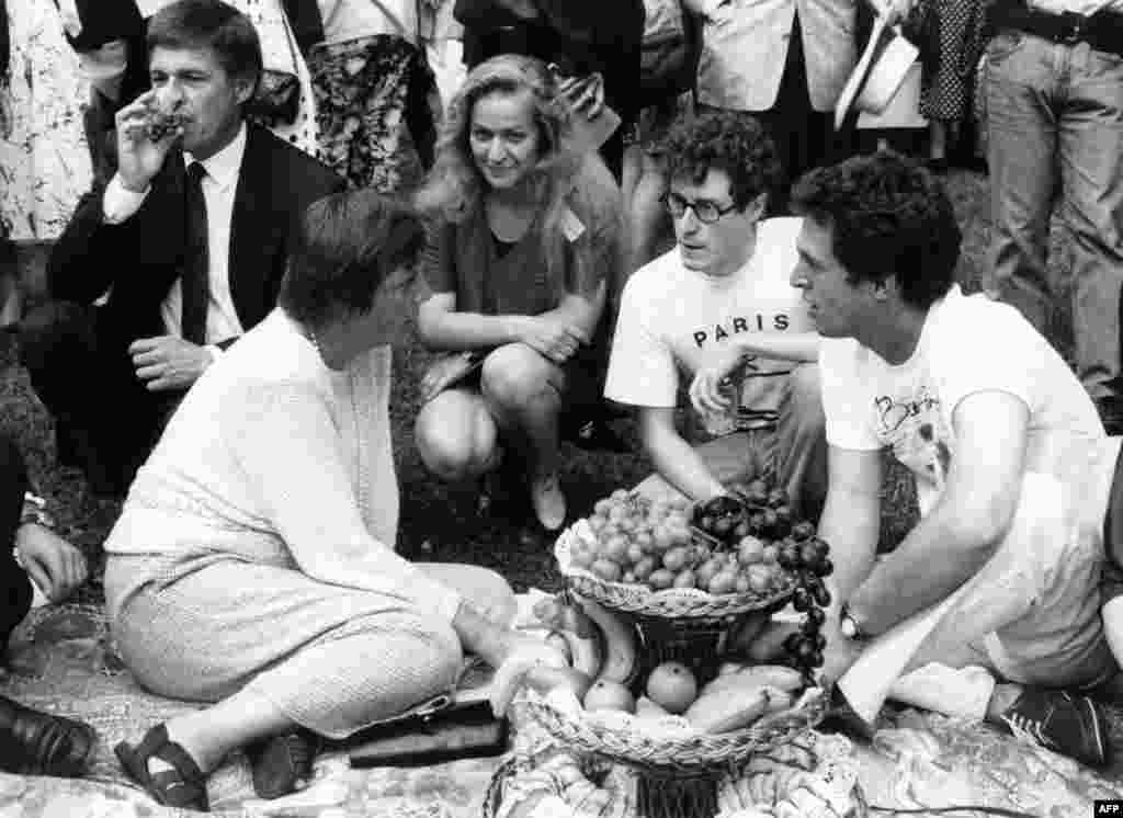 Angela Merkel (left), then Germany's family and youth minister, talks with students visiting an international youth meeting in Bayreuth in August 1992.