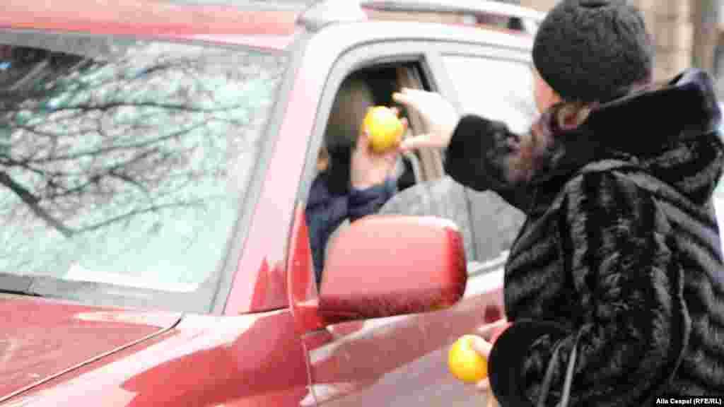 Manifestanţii blocului ACUM au împărțit mere şi nuci șoferilor din trafic