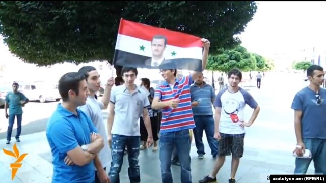 Armenia - Syrian Armenians demonstrate outside the prime minister's office in Yerevan, 19Jul2012.