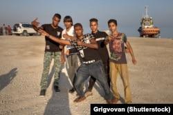 چند جوان هرمزگانی در ساحل خلیج فارس در بندرعباس