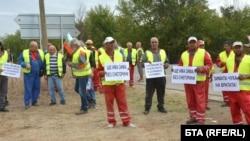 """Пътно-строителни фирми от област Хасково се включиха в националния протест на бранша, като излязоха с камионите си на пътен възел Димитровград, на автомагистрала """"Марица"""""""