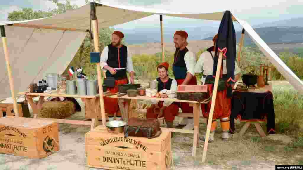 Французские воины из состава Зуавского (Алжирского) полка в палатке для приема пищи (эпоха Крымской войны)