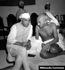 Магатма Гандзі і першы прэм'ер-міністар Індыі Джавагарлал Нэру, 1946. Фота: Max Desfor.