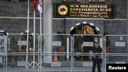 Сотрудник сил безопасности Турции у административного здания в населенном преимущественно курдами турецком города Дьярбакыр. Иллюстративное фото.