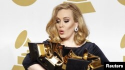Këngëtarja Adele me Çmimet Grammy të fituara në shkurt të vitit 2012 në Los Anxhelos