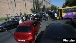 Автомобили и люди на проезжей части, где проходит акция гражданского неповиновения. Ереван, 2 мая 2018 года.