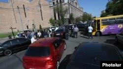 Ереванда азаматтық бағынбау акциясын жалғастырған азаматтар жолды жауып тұр. Армения, 2 мамыр 2018 жыл.