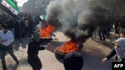 Suriya. Daraya. Suriyada prezidentin istefasını tələb edən aksiyaçılarla polis arasında toqquşma olub