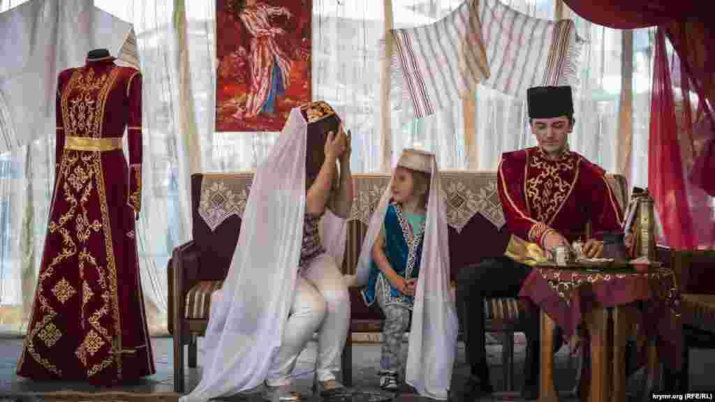 Празднование крымскотатарского праздника Хыдырлез в Ялте, 7 мая Хыдырлез – один из самых больших праздников у тюркских народов, празднование которого в XIX веке длилось три дня. Отмечается 6 мая как день, в который пророки Хидр (аль-Хидр) и Ильяс (Илья) встретились на земле. В обрядах прослеживаются черты древней скотоводческой традиции.
