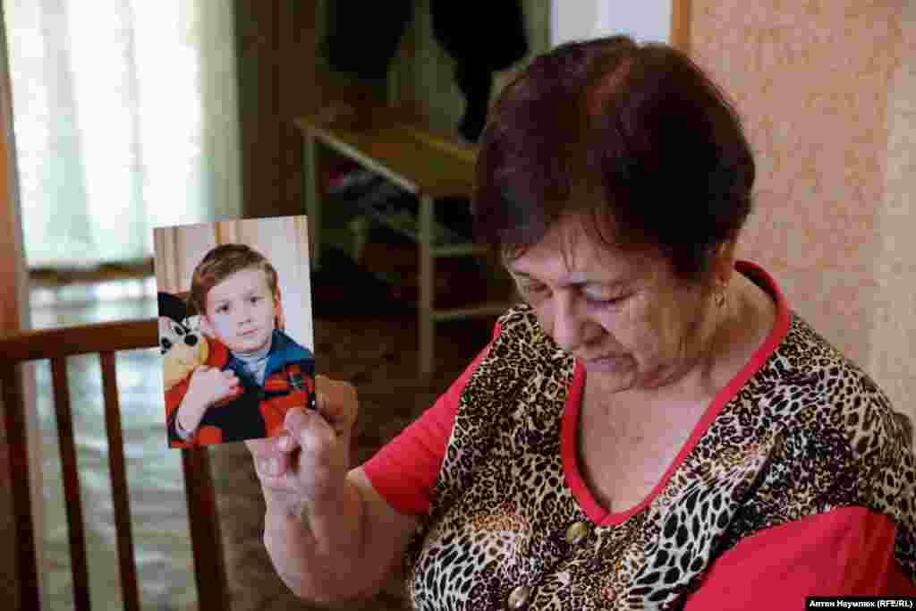 Алие Чийгоз показывает детскую фотографию сына Ахтема, которого судят сейчас за противодействие аннексии Крыма.