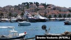 Вид на курортный городок Хвар в Хорватии. Иллюстративное фото.