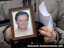 Түрмеде қаза тапқан заңгер Сергей Магнитскийдің анасы ұлының суретін ұстап тұр. Мәскеу, 30 қараша 2009 жыл.
