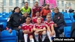 Кыргызстандын көчө футболу боюнча кыз-келиндер курама командасы. Глазго, 12-июль 2016.