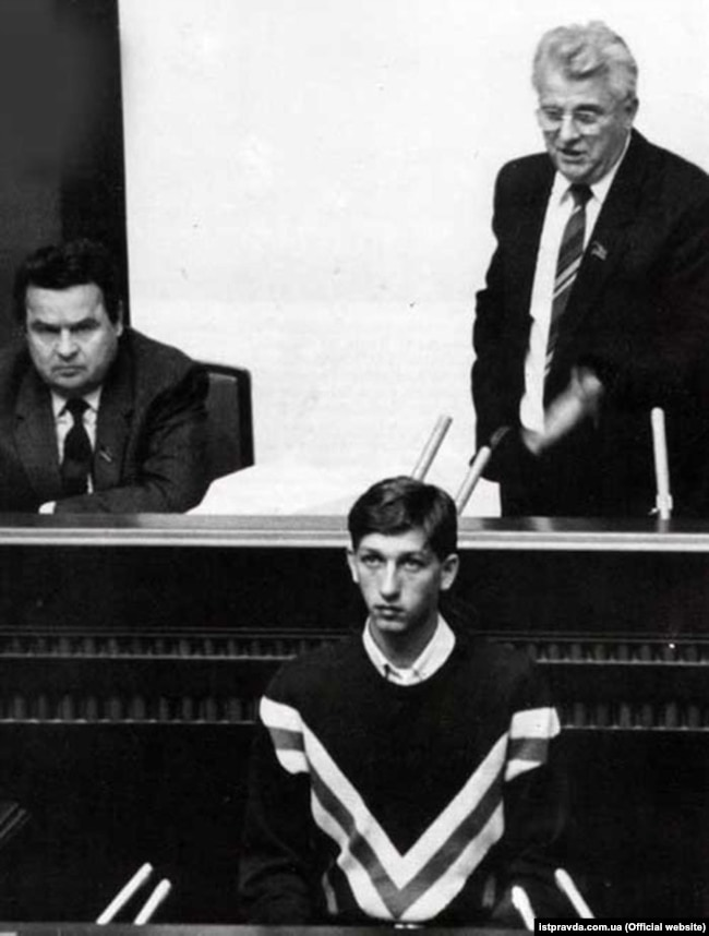 Flanked by Deputy Parliament Chairman Ivan Plyushch (left) and Chairman Leonid Kravchuk (right), student leader Oles Doniy addresses parliament on October 15, 1990. Kravchuk later became the first president of an independent Ukraine.