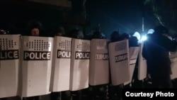 Полиция мушташ болгон ресторанды курчоого алган учур.