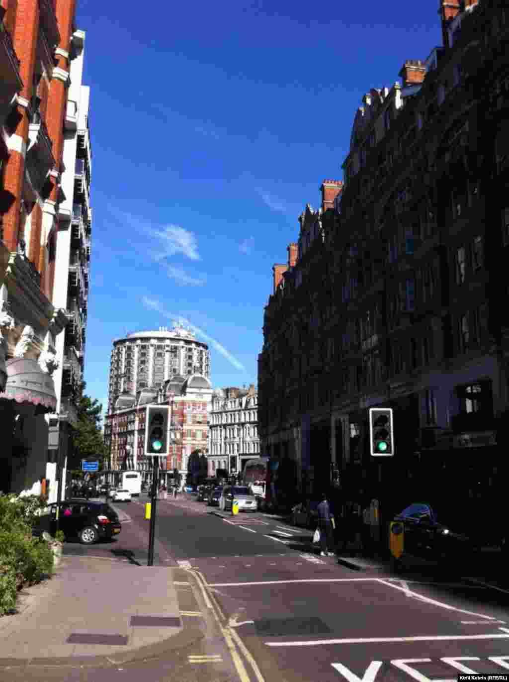 Сама улица Найтсбридж устроена так, чтобы удовлетворять запросы людей со вкусом – тут бутики, рестораны...
