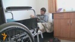 Молодой житель дома престарелых