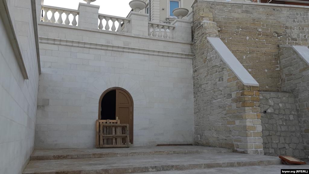Невеликі гроти, які раніше перебували на прольотах Мітридатських сходів, тепер будуть закриті. Робочі поки не встановили двері. А поки перегородили дверний проріз підручними засобами – від «непроханих гостей»