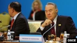 Министр иностранных дел Казахстана Канат Саудабаев и президент Казахстана Нурсултан Назарбаев в президиуме саммита ОБСЕ. Астана, 2 декабря 2010 года.