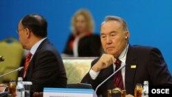 Президент Казахстана Нурсултан Назарбаев и Канат Саудабаев (слева), в бытность министром иностранных дел Казахстана, на заседании саммита ОБСЕ в Астане. 1 декабря 2010 года.