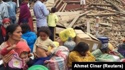 Жители одного из районов Катманду после землетрясения, 25 апреля 2015 года.