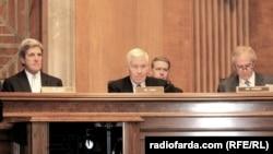 АҚШ мемлекеттік хатшысы Джон Керри (сол жақта) және АҚШ сенаты депутаты Боб Коркер (оң жақта).