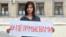 Элина Сугарова, журналист и начинающий политик в Северной Осетии, на пикете у дома правительства республики