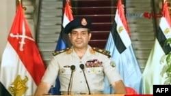 Müsüriň goranmak ministri Abdel Fattah al-Sissi ýurduň telewideniýesinde beýanat bilen çykyş edýär. 3-nji iýul, 2013 ý.