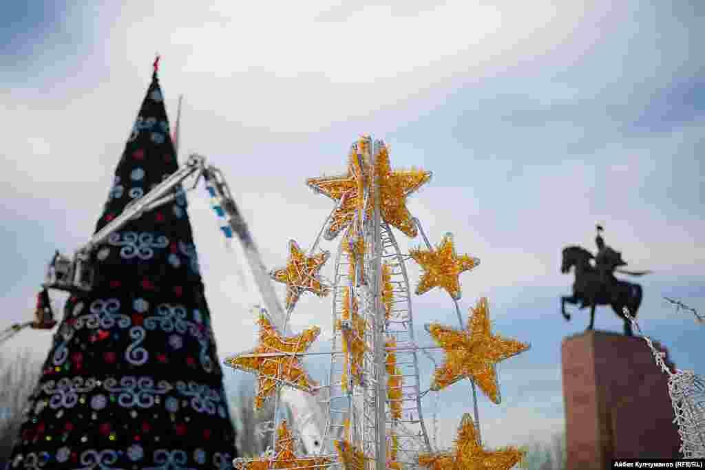 Установкой и оформлением елки занимается мэрия города Бишкек