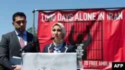 سارا حکمتی، خواهر امیر حکمتی در مراسم هزارمین روز زندانی بودن برادرش در ایران، اردیبهشت ماه سال ۱۳۹۳