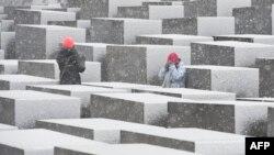 Туристы у мемориала жертвам холокоста в Берлине