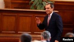 24 июля 2014 года. Болгарский премьер Пламен Орешарский помахал рукой, уходя в отставку.