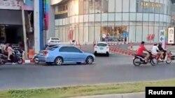 Люди тікають з торговельного центру, де відкрив вогонь тайський військовий. Накхонратчасіма, Таїланд, 8 лютого 2020 року